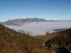 Descenso hacia Bobia con la sierra del Sueve al fondo